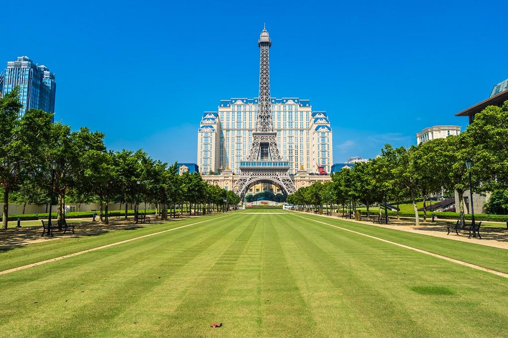 برج ايفل أشهر المعالم السياحية في العاصمة الفرنسية باريس