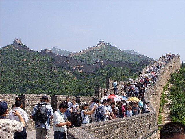يشهد موسم الذروة في الصيف ازدحام شديد في سور الصين العظيم