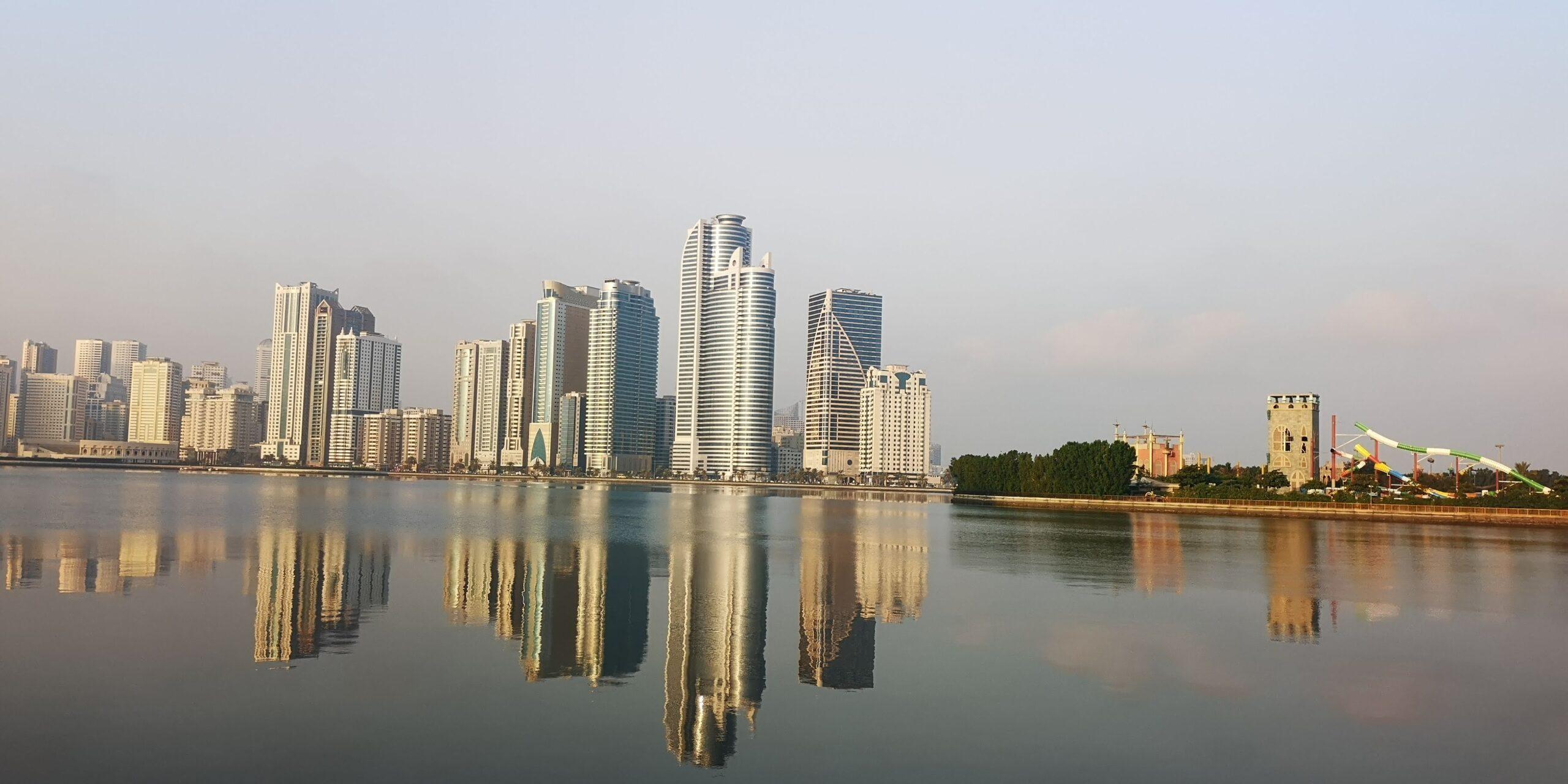 استمتع بجولة مصورة لتشاهد أجمل الأماكن السياحية في مدينة الشارقة، بما في ذلك أجمل الإطلالات على حدائق وبحيرات وكورنيش الشارقة حيث يستطيع سكان وزوار المدينة الاستمتاع بالمشي والتنزه ومشاهدة أروع المناظر في مدينة الشارقة الإماراتية.