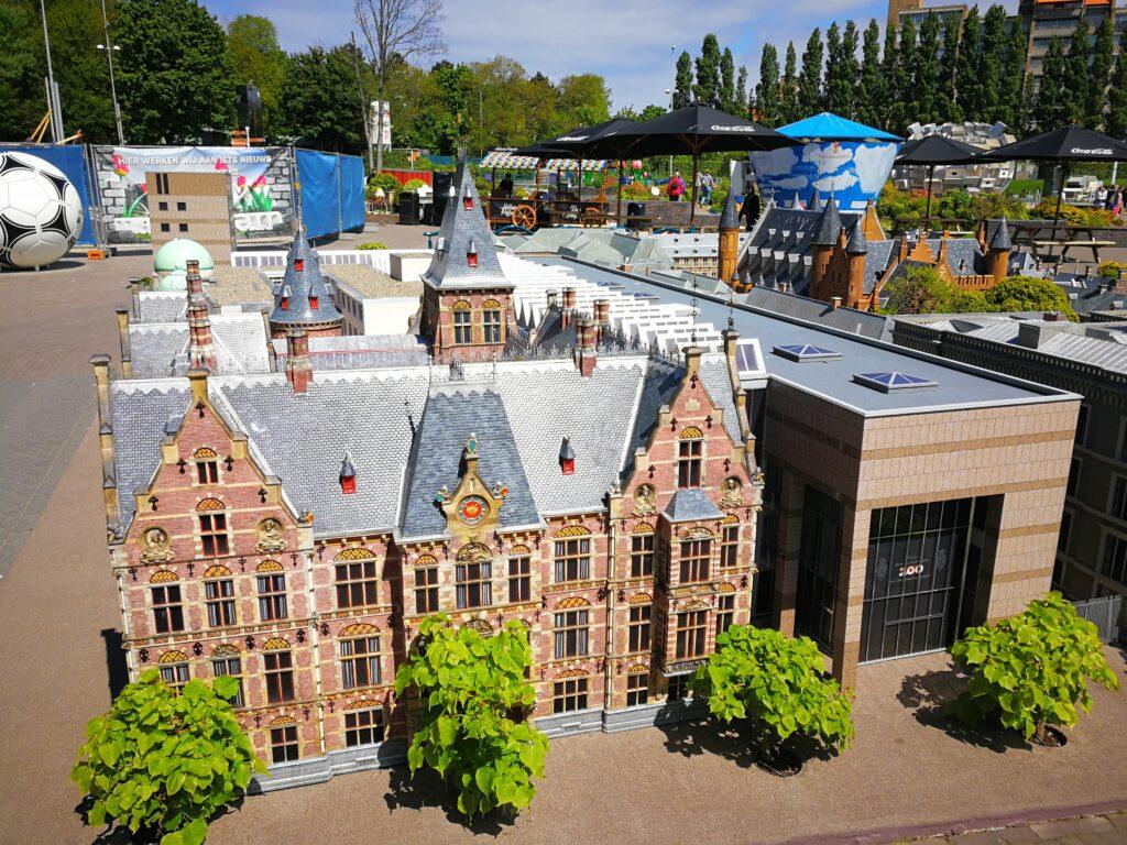 صورة من داخل منتزه مادورودام بمدينة لاهاي الهولندية، وهو أحد أشهر المزارات السياحية في هولندا